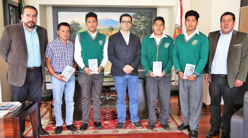 Felicita Secretario de Educación a jóvenes del CECYTE que participaron en evento internacional