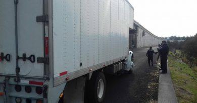 La CES aseguró a dos personas que momentos antes amagaron con arma de fuego a un conductor de un tracto camión en Hueyotlipan