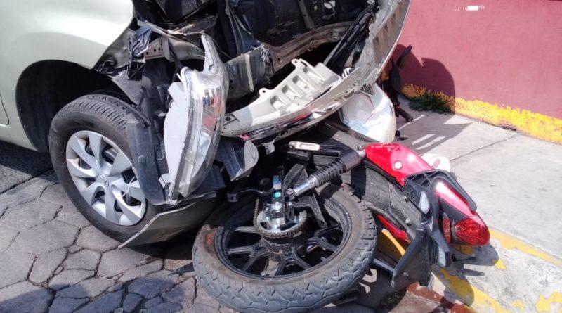 Daños materiales y un lesionado deja atropellamiento en la capital