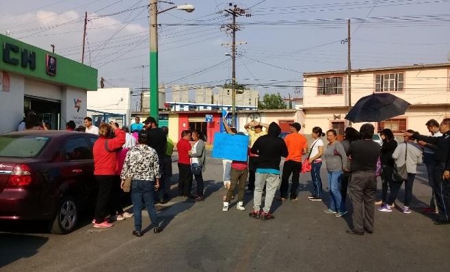 Se manifiestan vecinos de la Panzacola en la CAPACH  Cierran pobladores la calle Morelos para exigir regularización del suministro del vital líquido