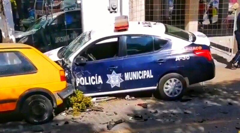 Lesiona a policías choque en Apizaco